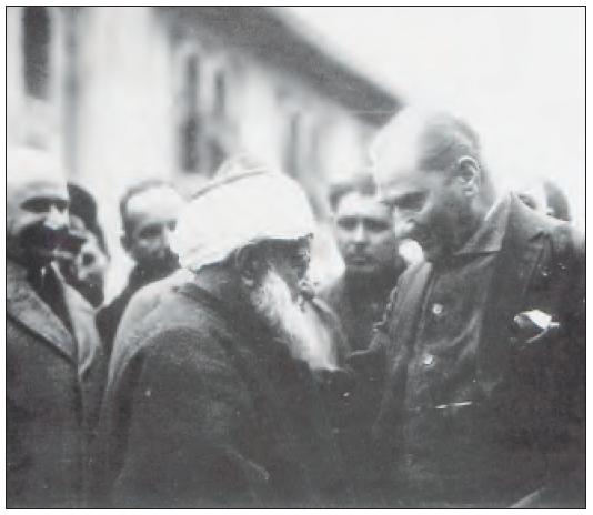 Atatürk, Amasya'da Müftü Abdurrahman Kâmil Efendi ile birlikte (1930)