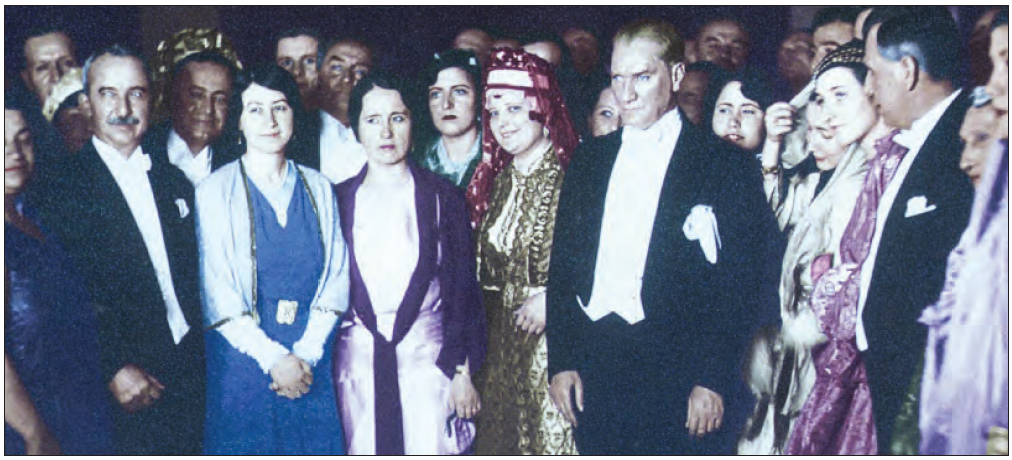 Atatürk, Ankara Palas'ta düzelenen cumhuriyet balosunda (1929)