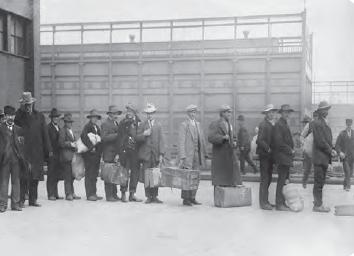 Görsel 2.28 İtalya'dan Amerika Birleşik Devletleri'ne işçi olarak gitmek için gemi bekleyen insanlar