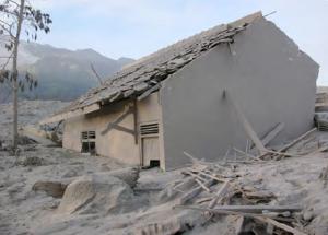 Görsel 4.13 Merapi Volkanı'nın neden olduğu çamur akıntısıyla büyük zarar gören bir ev (Endonezya)